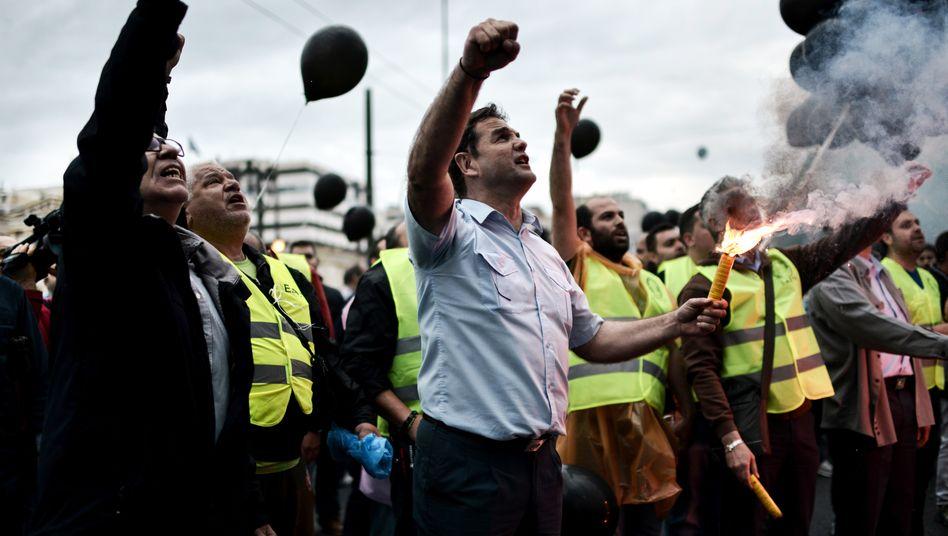 Proteste gegen neues Sparpaket in Griechenland: Hellas braucht frische Milliarden, das Parlament stimmte Reformen zu
