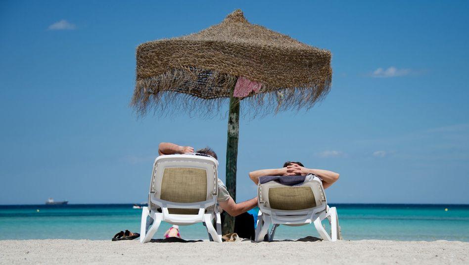 Touristen am Strand: Tui-Chef Joussen setzt darauf, dass die Reisewarnung für die türkische Riviera bald aufgehoben wird
