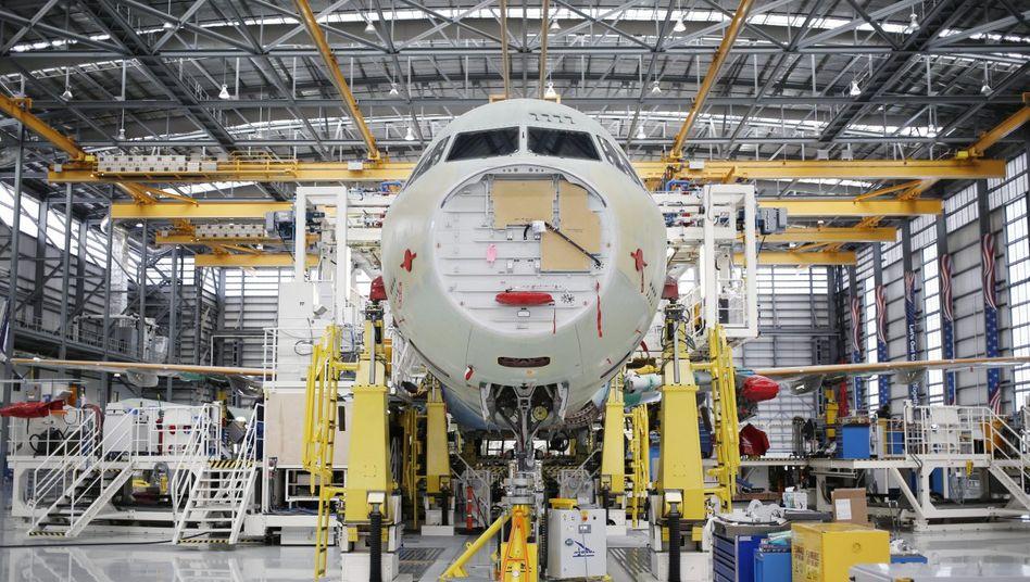 Plötzlich Ladenhüter:Die meisten deutschen Zulieferer hängen an Airbus. Doch selbst der langjährige Bestseller A321, hier bei der Montage, findet kaum noch Abnehmer.