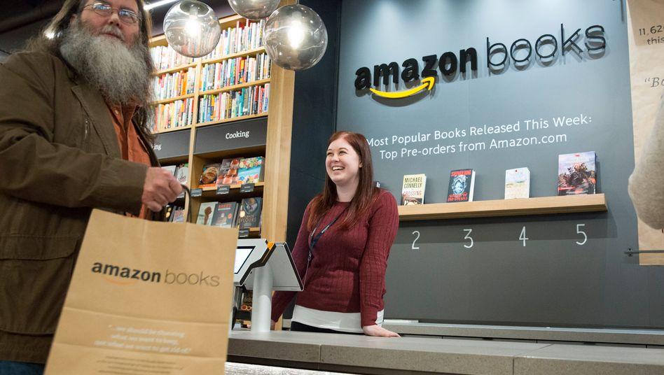 Amazon-Buchladen in Seattle: Der Online-Händler hat den stationären Handel ins Wanken gebracht - und will nun selbst die Lücken in den Innenstädten schließen