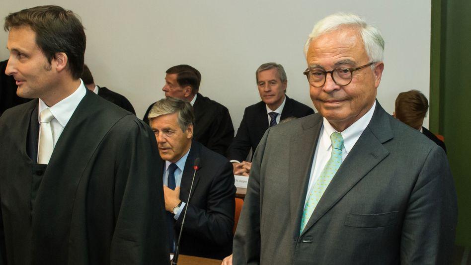 Heute vor einem Freispruch: Co-Chef der Deutschen Bank, Jürgen Fitschen (hinten) und die ehemaligen Deutsche- Bank-Chefs Josef Ackermann (Mitte sitzend) und Rolf Breuer (vorn, 2. v. rechts)
