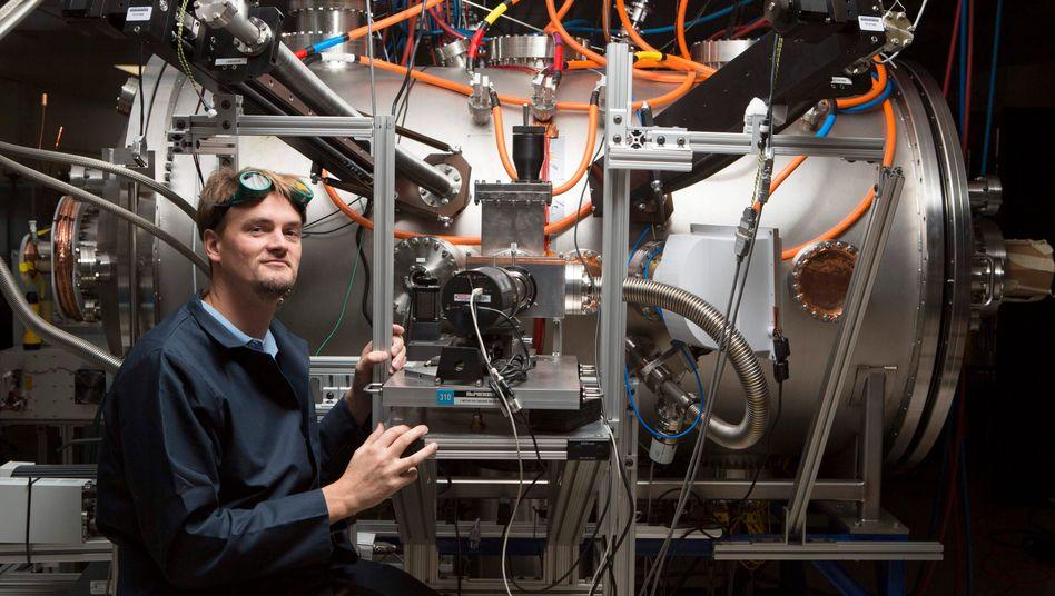 Der Reaktor soll auf einen Lastwagen passen: Lockheed-Martin-Projektleiter Tom McGuire präsentiert das Laborexperiment von Skunk Works