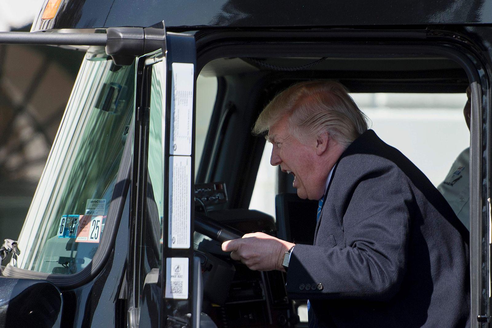 TOPSHOT-US-POLITICS-TRUMP-TRUCKERS