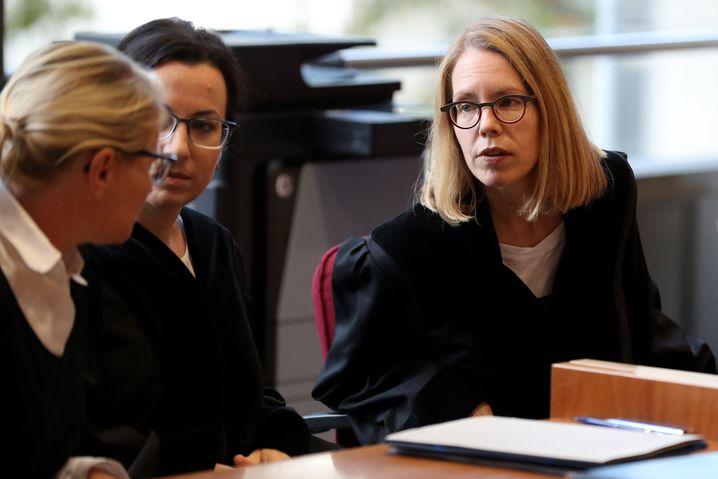 Staatsanwältin Anne Brorhilker (r.)