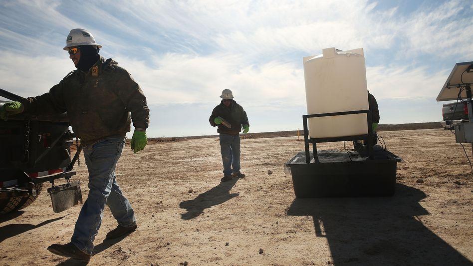 900-Milliarden-Dollar-Schatz gefunden: Diese Arbeiter im Wolfcamp rühren schon mal die Fracking-Chemie an