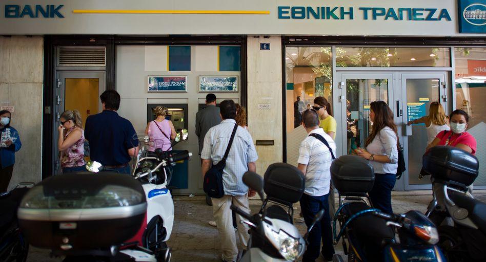 Schlange vor einem Geldautomaten in Griechenland: Hohe Kapitalabflüsse im Juni