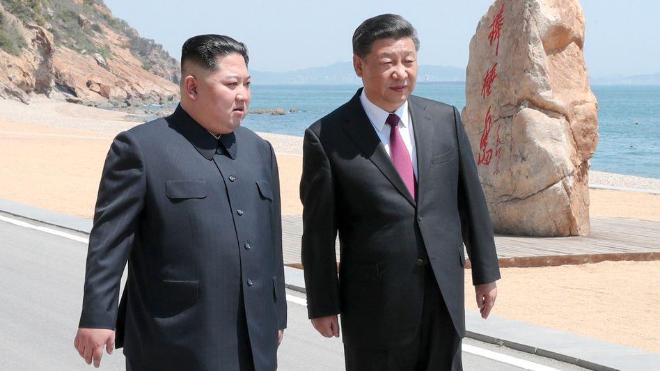 Kim Jong Un Anfang Mai mit Chinas Staatschef Xi Jinping bei ihrem Treffen in Dalian im Nordosten Chinas.