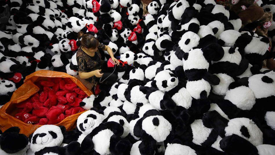 Produktion von Spielzeugpandas in Ostchina