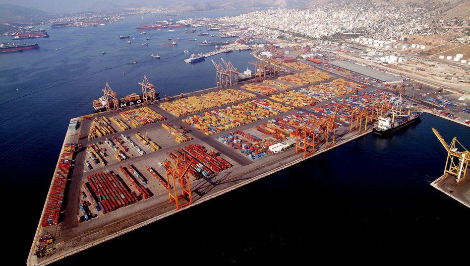 Hafen von Piräus: Coso zahlt zunächst 280 Millionen Euro für 51 Prozent. Die Privatisierung in Griechenland kommen dennoch nur schleppend voran