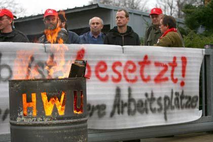 Proteste: Mitarbeiter der insolventen Hohenlockstedter Walz- und Umformtechnik (HWU) demonstrieren gegen den Geldgeber