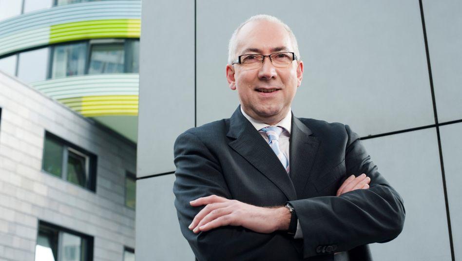 """""""Passiert mir viel öfter als mir lieb ist"""": Auch Gerd Billen, oberster Verbraucherschützer in Deutschland, nutzt den teuren Dispositionskredit, dessen Handhabung er durch die Banken scharf kritisiert"""