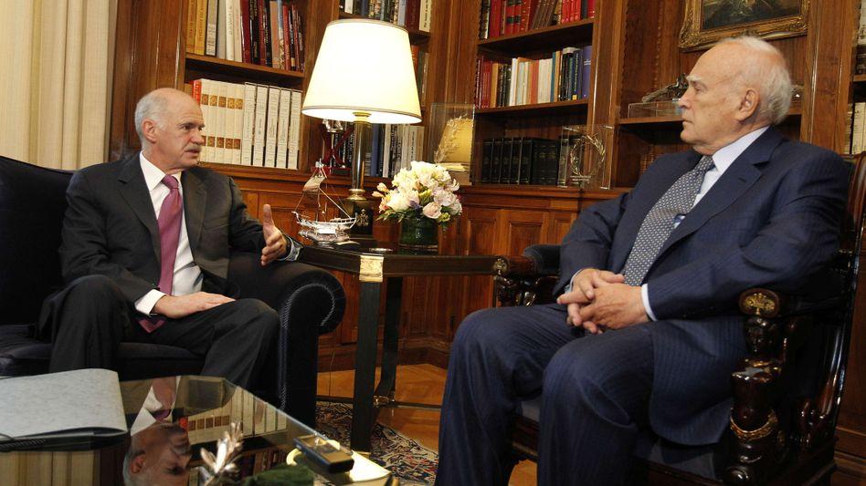 Griechenlands Regierungschef Papandreou, Staatspräsident Papoulias: Kredite kippeln