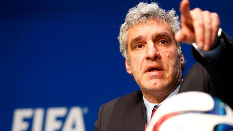 Versuchen kann man es ja: Walter De Gregorio, Kommunikationsdirektor der Fifa, stellt den Weltfußballverband als Opfer dar - und als Aufklärer der internen Skandale. Eine Strategie, die nach der Geschichte des Verbandes nicht mehr aufgehen kann.