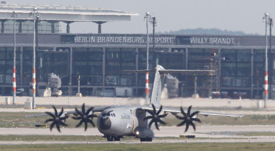 Ein Airbus A400M auf dem Flughafen Berlin-Schönefeld: Internationalen Luft- und Raumfahrtausstellung (ILA) eröffnet