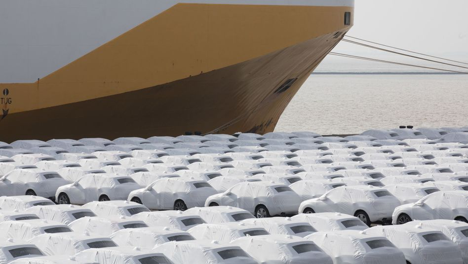 Audi-Fahrzeuge vor der Verschiffung im Hafen in Emden, Niedersachsen