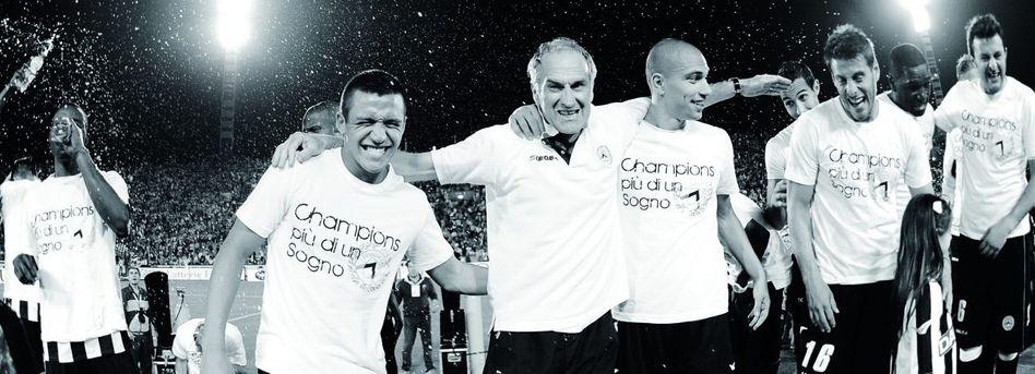 Erfolgreiche Truppe: Stürmer Alexis Sánchez (links), Trainer Francesco Guidolin (Mitte) und andere Spieler von Udinese Calcio feiern 2011 die Qualifikation für die Champions League