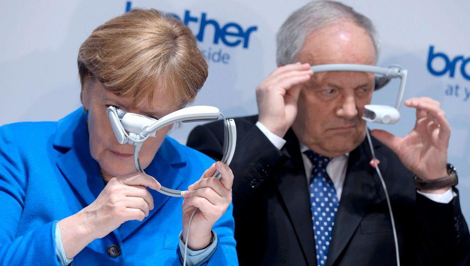 Auch Angela Merkel und der Schweizer Präsident Johann Schneider-Ammann scheinen skeptisch.