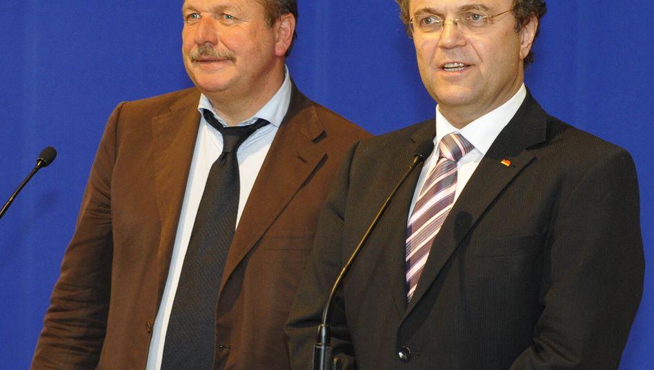 Geschafft: Bundesinnenminister Hans-Peter Friedrich (rechts) und Frank Bsirske, Vorsitzender der Gewerkschaft Verdi, haben eine Vereinbarung gefunden