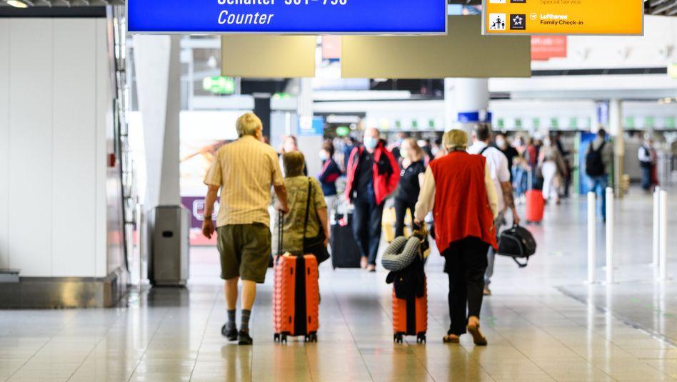 Reisende am Flughafen Frankfurt im Terminal 1: Die Corona-Pandemie belastet den Flughafenbetreiber Fraport trotz der Lockerungen bei den Reisebestimmungen weiter stark.