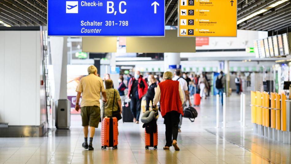 Reisende am Frankfurter Flughafen: Die Corona-Pandemie belastet den Flughafenbetreiber Fraport weiter stark