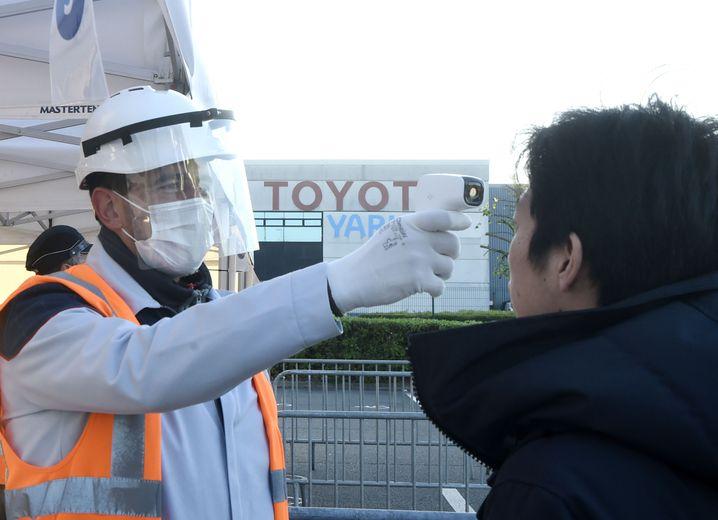 Vorgesetzte der Firma Toyota im französischen Onnaing kontrollieren die Temperatur eines Mitarbeiters, da eine erhöhte Körpertemperatur ein Hinweis auf Covid-19 sein kann. Die Produktion des Toyota Werks wird teilweise wieder aufgenommen. Mindestens 10 Millionen Angestellte und Arbeiter in Frankreich befinden sich noch in Kurzarbeit.