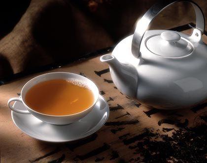 Aus der Kanne in die Tasse: Schwarzer Tee wird am besten mit sprudelnd heißem Wasser aufgebrüht