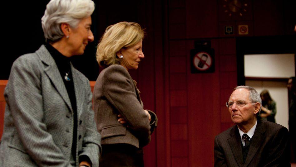 Treffen der Euro-Finanzminister: Die Französin Christine Lagarde, die Spanieren Elena Salgado und Bundesfinanzminister Wolfgang Schäuble beraten mit ihren Kollegen darüber, wie der Euro geschützt werden kann