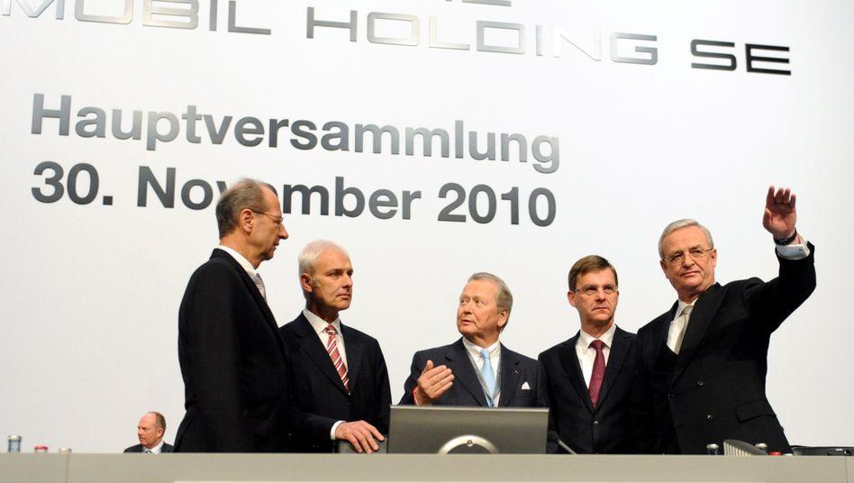 Führungsriege: Martin Winterkorn (rechts), Vorstandschef von VW und von der Porsche Automobil Holding SE, teilt sich das Podium mit dem Aufsichtsratschef Wolfgang Porsche (Mitte) und den Porsche SE Vorständen Hans Dieter Pötsch (links, Finanzen), Matthias Müller (2.v.links, Produkte und Technk) und Thomas Edig (2.v.rechts, stv Vorsitzender). Porsche will mit Volkswagen verschmelzen - muss sich vorher aber entschulden. Die Aktionäre sollen einer geplanten Kapitalerhöhung von bis zu fünf Milliarden Euro zustimmen.