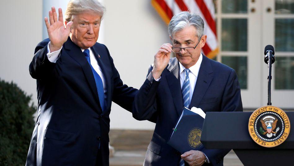 Der Fed-Chef und die Nervensäge: Donald Trump (links) will die Unabhängigkeit der US-Notenbank nicht akzeptieren. Er erwartet von Fed-Chef Jerome Powell Wahlkampfhilfe