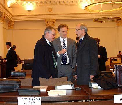 Beratung: Alexander Falk mit seinen Anwälten Gerhard Strate (l.) und Thomas Bliwier