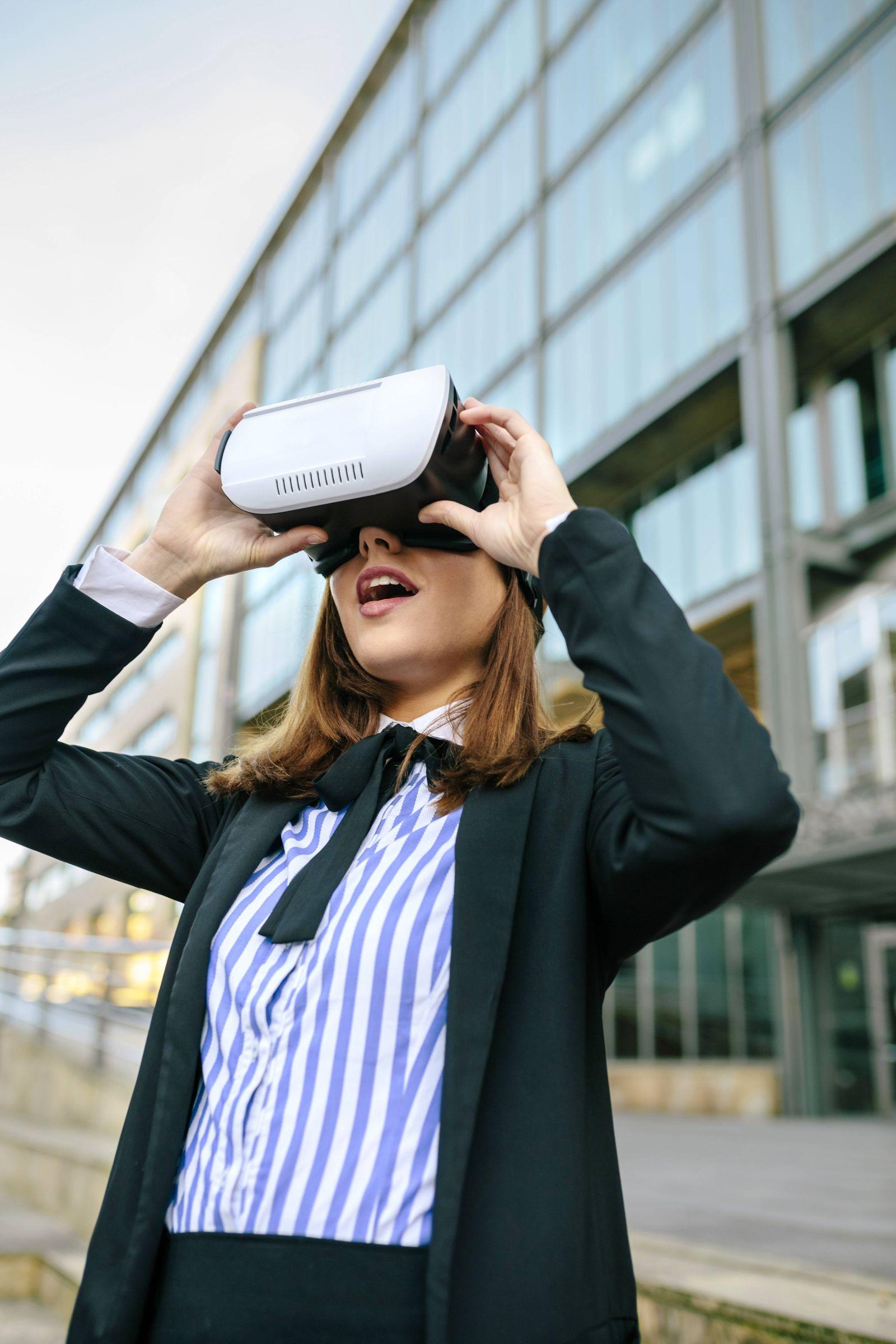 EINMALIGE VERWENDUNG VR Brille / Businessfrau / Virtuel Reality