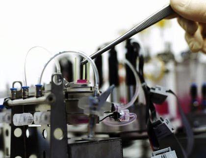 Heilen mit Zellen: Ein Bioreaktor an der Uni Leipzig wird mit Knorpelzellen beschickt. Die Schläuche liefern Nährflüssigkeiten in das Innere des Reaktors.