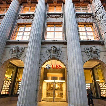 Schwer angeschlagen: Die Schweizer Großbank UBS hat sich erneut Milliarden am Kapitalmarkt besorgt. Das soll es vorerst gewesen sein, sagt der Vorstand.