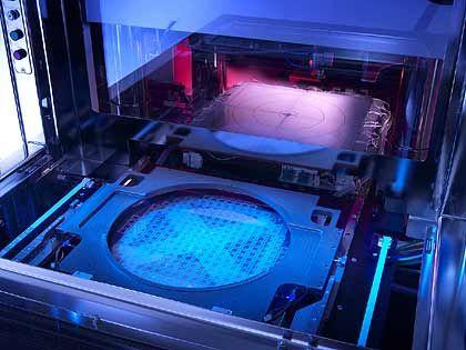HighTech aus Garching: Lademechanismus der Süss Solder Transfer Tool (STT). Mit dieser Maschine werden die vorgefertigte Lötkugeln (bumps) einen Chip-Wafer gebracht