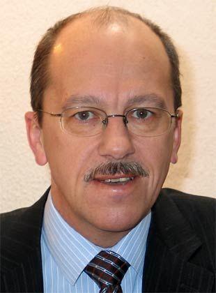 """Rudolf Speth ist Privatdozent für Politik- und Sozialwissenschaften an der Freien Universität Berlin. Gemeinsam mit Thomas Leif hat er im vergangenen Jahr das Buch """"Die stille Macht. Lobbyismus in Deutschland"""" herausgegeben. Zu diesem Themenbereich hat Speth zahlreiche weitere wissenschaftliche Texte publiziert."""