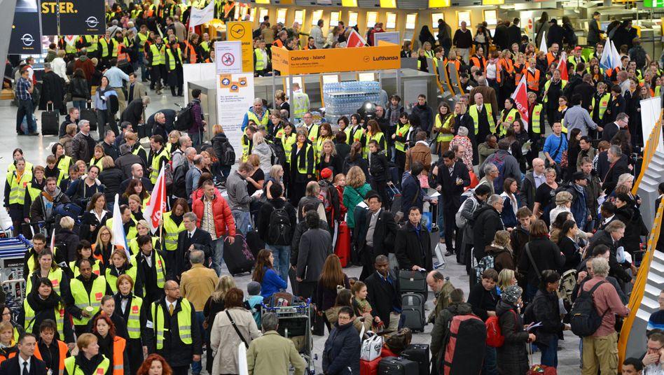 Verdi-Warnstreik im März: Ähnliche Szenen dürften sich auch am Montag auf Deutschlands Flughäfen abspielen