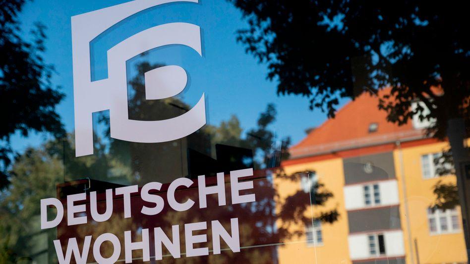 Deutsche-Wohnen-Schild in Berlin: Die Hauptstadt kauft dem Konzern Wohnungen ab