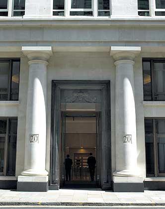 Eintritt nur mit gut gefüllten Taschen: Die Cazenove-Zentrale in London