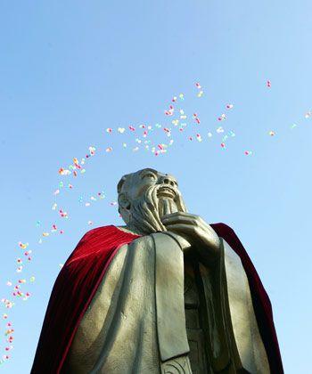 Konfuzius sagt: Die Natur der Menschen lässt sie einander nah sein, doch die Gebräuche halten sie voneinander fern. Aber Konfuzius sagt auch: Das Entscheidende am Wissen ist, dass man es beherzigt und anwendet.