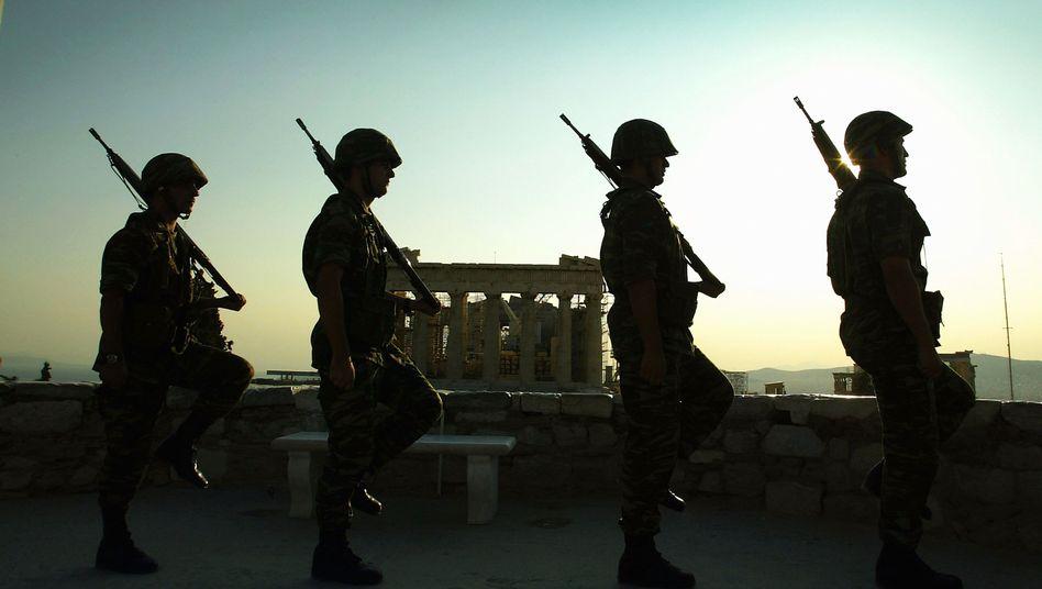 Griechische Soldaten auf Wache vor der Akropolis: Das Geld wird knapp - aber für die 2-Prozent-Regel der Nato reicht es gerade noch