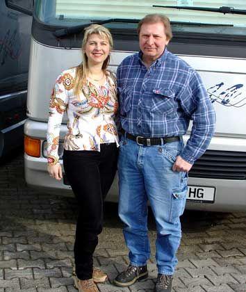 Bodenständig: Gerhard und Stephanie Volkner leben im Familienbungalow gegenüber der Werkstatt