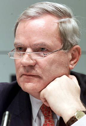Max Dietrich Kley (65) wurde nach seinem Abschied vom Posten des BASF-Finanzvorstands im Jahr 2003 erst so richtig in der Deutschland AG aktiv. Größte Aufmerksamkeit erzielte der Unruheständler mit dem Rauswurf von Infineon-Chef Ulrich Schumacher im März 2004. Neben dem Halbleiterhersteller betreut er noch weitere Unternehmen, darunter HypoVereinsbank und BASF. Er steht dem Deutschen Aktieninstitut vor und mischt in der Cromme-Kommission mit.