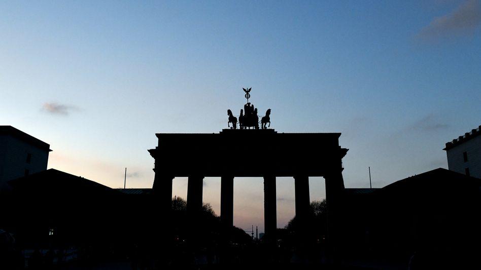 Berlin ist größter Empfänger aus dem Länderfinanzausgleich. Doch die Mittel verwendet Berlin nicht dazu um die Wirtschaftskraft zu steigern. Auf Eurozonenebene ein offensichtlich gescheitertes Konstrukt x-mal größer etablieren zu wollen, widerspricht jeglicher Logik