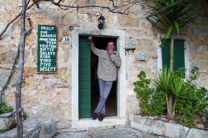 Berti Tudo lebt im sonst verlassenen Dorf Malo Grablje. In seiner Konoba bewirtet er Wanderer.