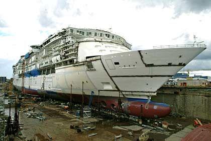 """Der aktuelle Rekordhalter in Sachen Größe: Die """"Freedom of the Seas"""" im Trockendock"""