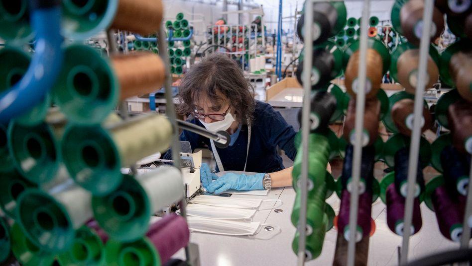 """Die Regierung Italiens hat die Schließung """"nicht lebensnotwendiger"""" Unternehmen angeordnet. Die Produktion von Mundschutzmasken wie hier in einem Werk der Miroglio-Gruppe dürfte sicher weitergehen."""