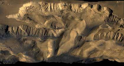 """Ophir-Tal vor 30 Jahren: Diese perspektivische Gesamtansicht wurde aus Bilddaten der amerikanischen """"Viking""""-Missionen in den siebziger Jahren erstellt. Die Auflösung der Bilder ist etwa zehnmal geringer als die der HRSC-Aufnahmen"""