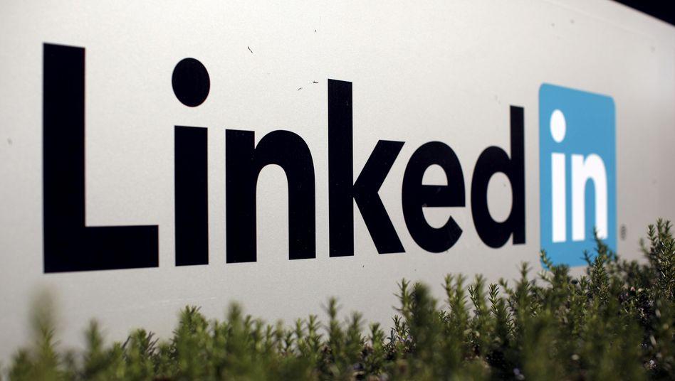 Auch das Karriere-Netzwerk LinkedIn bekommt die Folgen der Corona-Krise zu spüren und baut rund 1000 Stellen ab.