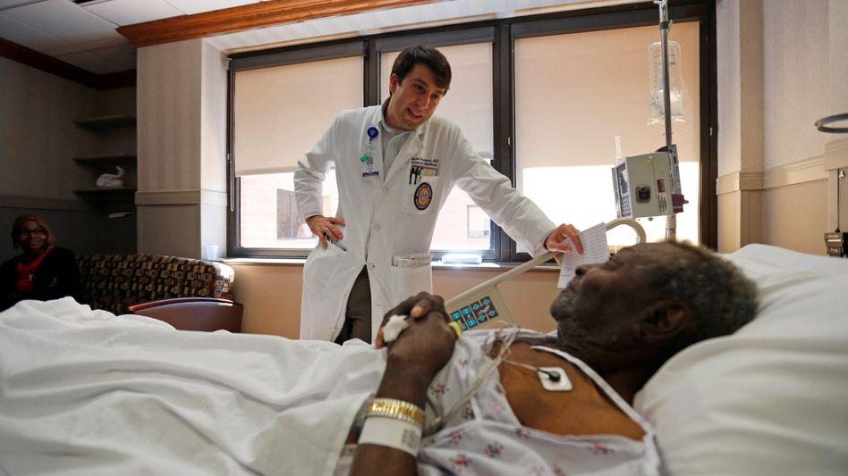 Arzt mit Patient in Krankenhaus in Baton Rouge, Florida: Das US-Gesundheitssystem ist verbesserungsbedürftig.