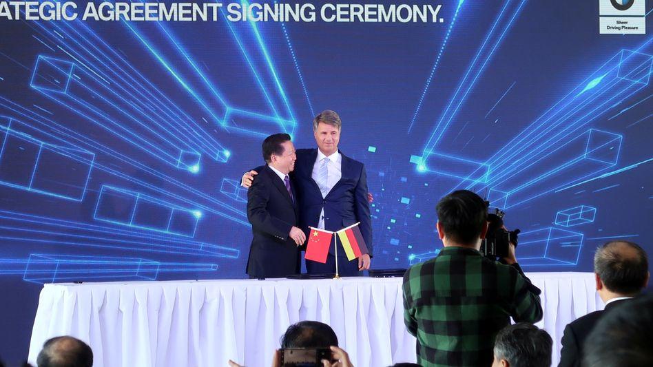 Fast wie beste Freunde: BMW-Chef Harald Krüger mit Chen Qiufa, Sekretär der Kommunistischen Partei der Provinz Liaoning, nach der Unterzeichnung des Vertrags am Donnerstag, 11. Oktober